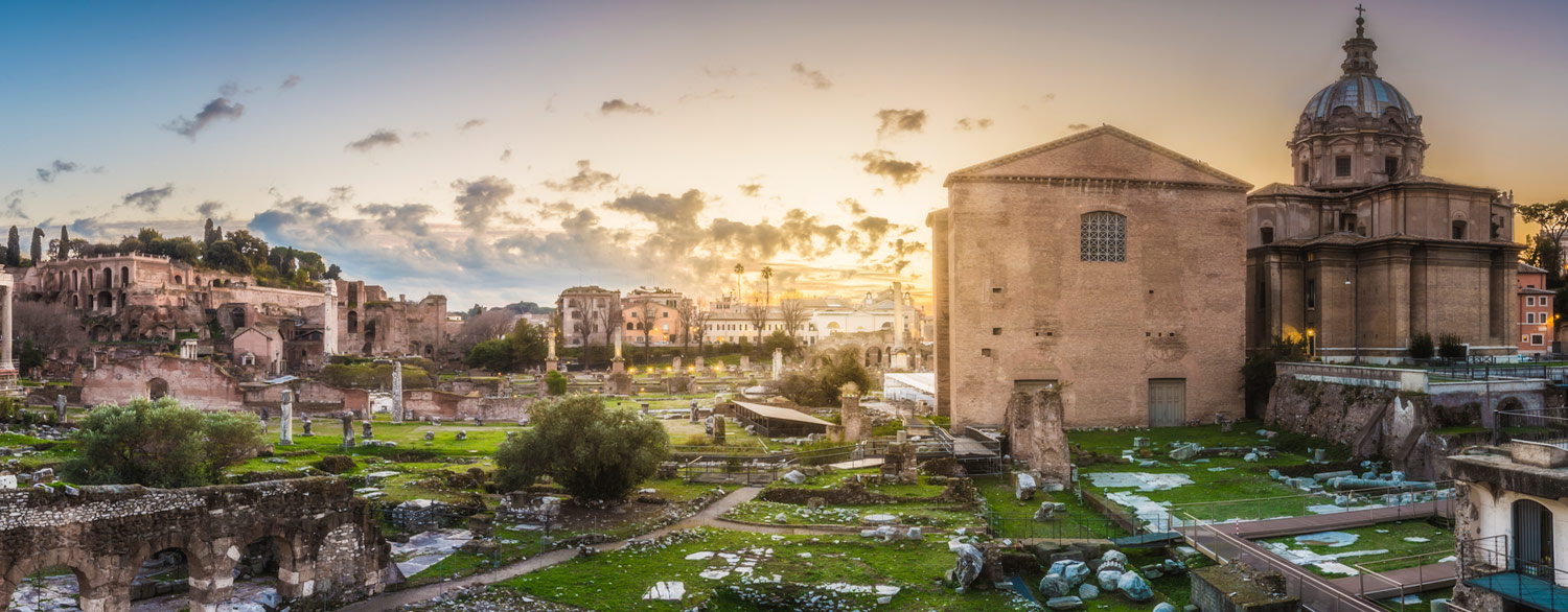 A view of Roman Forum at sunset. Itertours organizes everyday tours in the ancient heart of Rome. Check out our offer for tour of Colosseum, Roman Forum and Palatine.